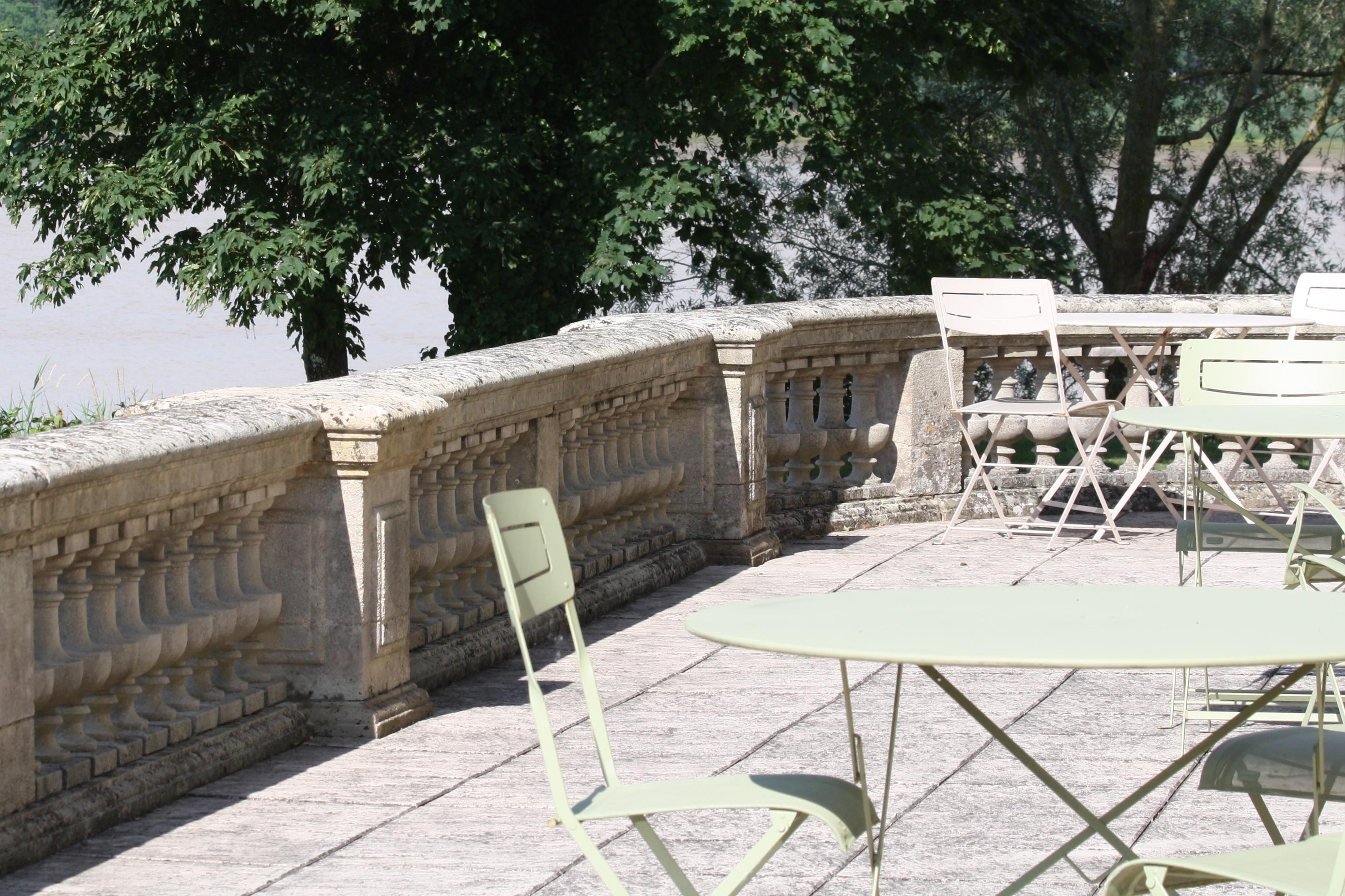 Terrasse extérieure du château Grattequina